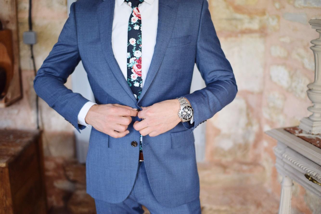 スタイリッシュなスーツを着ている例