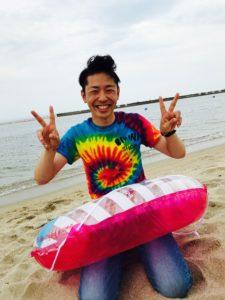 海で笑顔の写真