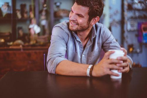 カフェにいる男性